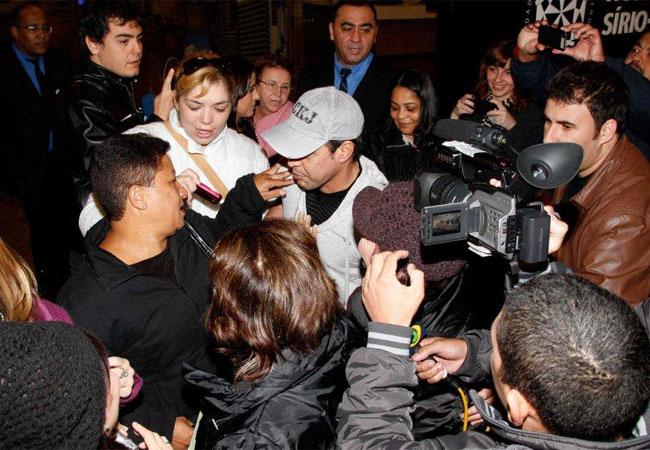 Ao deixar o hospital, Zezé Di Camargo foi abordado por fãs e pela imprensa (Foto: Danilo Carvalho / AgNews)