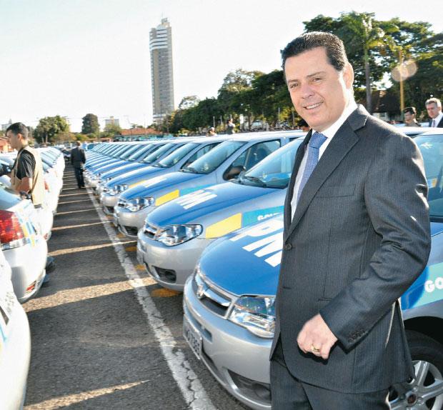 FROTA SUSPEITA O governador Marconi Perillo entrega carros à polícia. Além de ligações com Cachoeira, ele tem contratos com a Delta  (Foto: Wagnas Cabral)