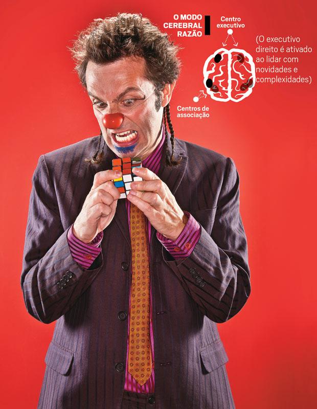 """O palhaço Márcio Ballas tenta resolver o cubo mágico. Ao usar  a razão, ele """"liga"""" as áreas do cérebro responsáveis por planejamento, raciocínio e tomada de decisão.  Para ajudar nessa tarefa, usa as áreas de associação  de ideias (Foto: Paulo Varella)"""