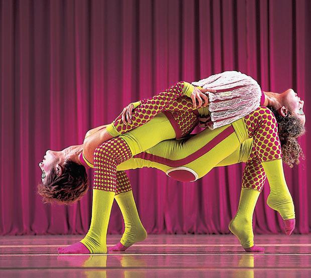 Bailarinos do Grupo Corpo em cena de Santagustin. Pederneiras encomenda uma música, e cria a partir dela (Foto: José Luiz Pederneiras)
