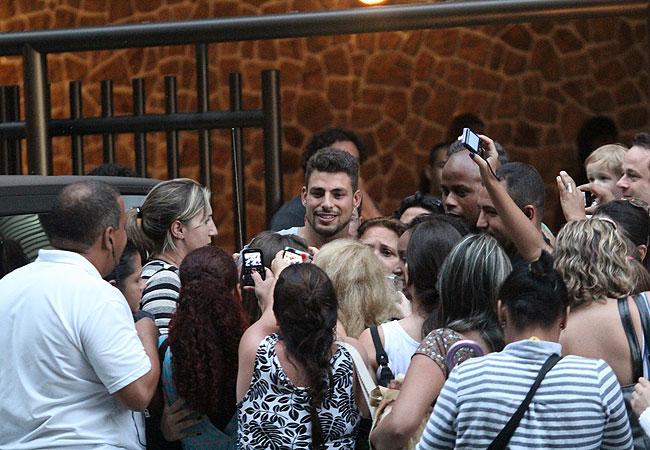 Cauã Reymond foi cercado por fãs no intervalo das gravações de