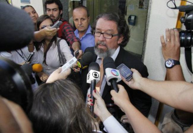 O advogado de Carolina Dieckmann, Kakay, fala com a imprensa em frente à Delegacia de Repressão aos Crimes de Informática, no Rio (Foto: Fábio Martins/AgNews)