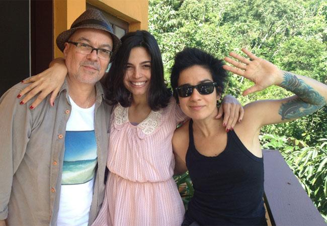 Emanuelle Araújo (ao centro) mostra novo visual em foto divulgada no Twitter (Foto: Reprodução/Twitter)