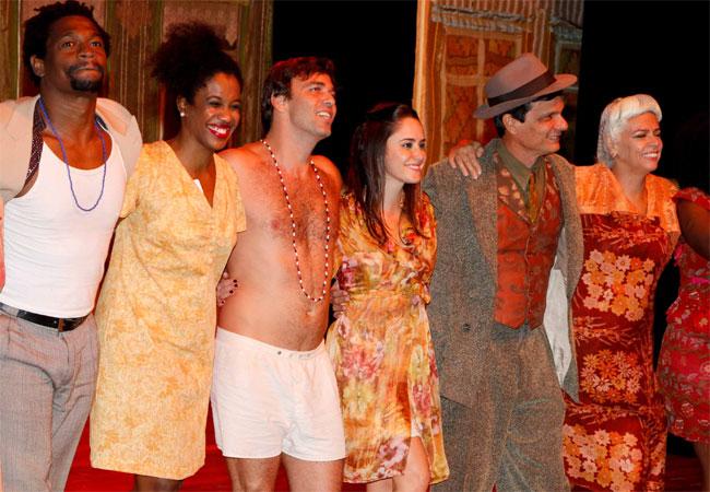 Marcelo Faria e Fernanda Vasconcellos (ao centro) recebem aplausos ao lado do elenco de espetáculo teatral (Foto: Danilo Carvalho/AgNews)