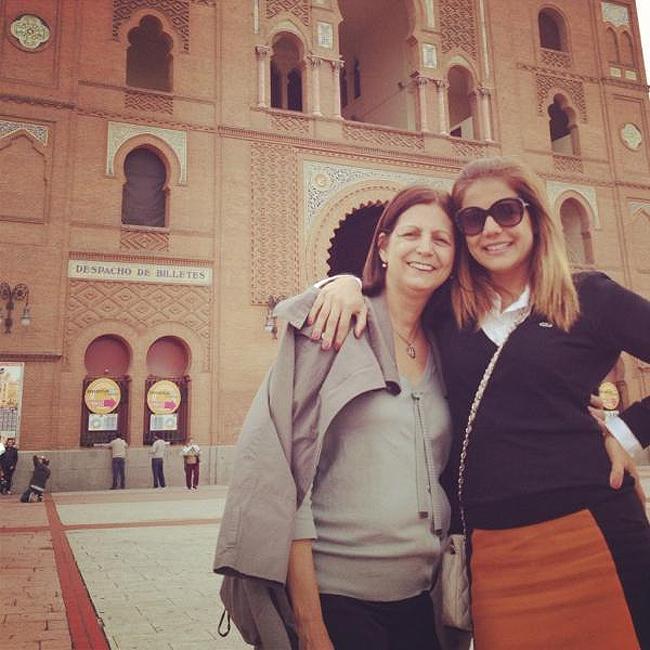A mãe de Nívea Stelmann, Janice, também está em Madri (Foto: Reprodução)