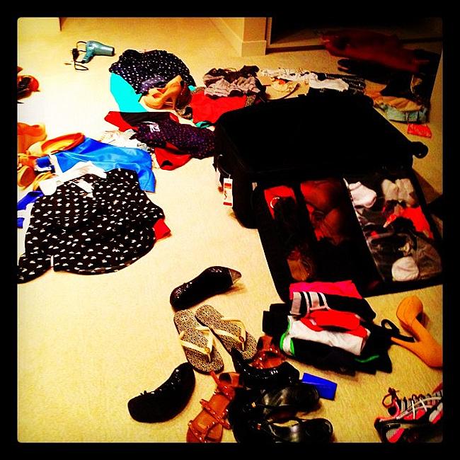 Bagunça no quarto na hora de arrumar a mala (Foto: Reprodução)