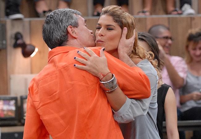 Convidada da atração, Priscila Fantin recebe o carinho do apresentador Serginho Groisman (Foto: Divulgação/TV Globo)