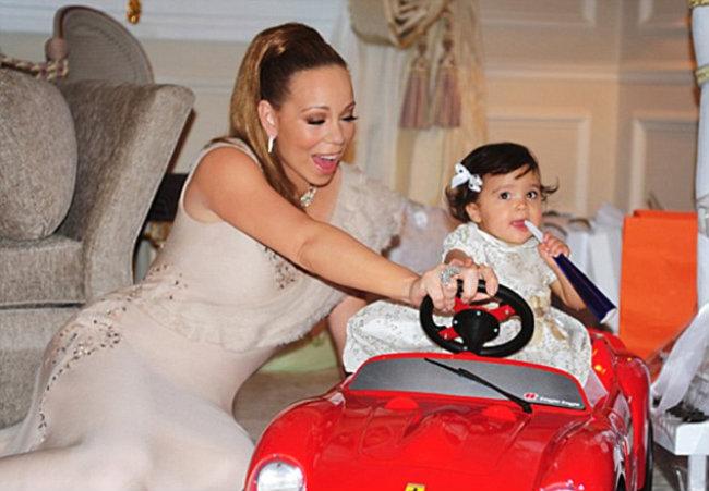 Mariah Carey brinca com Monroe na nova Ferrari das crianças (Foto: Reprodução)