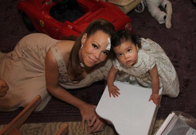 Mariah e Monroe com seu piano de brinquedo novo