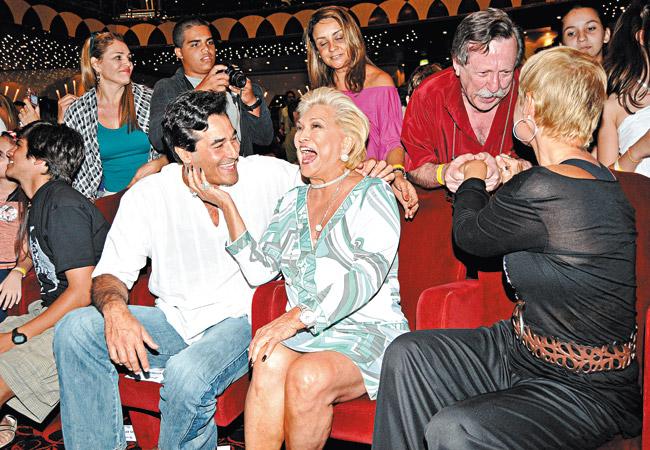 Szafir, Hebe e Xuxa recebendo os cumprimentos do autor, Pedro Bandeira, antes da exibição do filme  (Foto: Leo Lemos)
