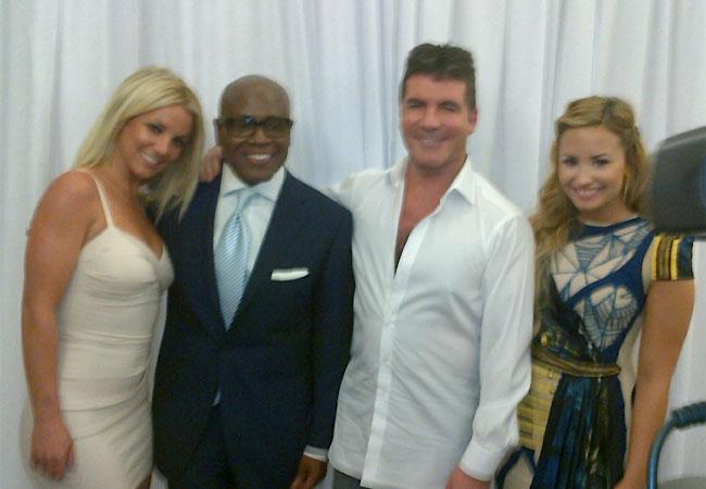 Britney Spears posa ao lado de L.A. Reid, Simon Cowell e Demi Lovato (Foto: Reprodução)