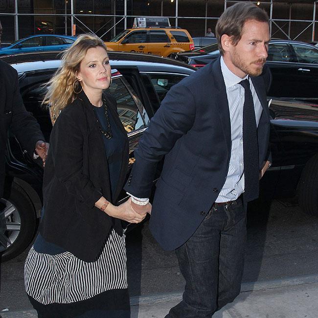 Drew Barrymore chegou ao local da festa momentos antes e ao lado do noivo, Will Kopelman (Foto: Splash News)