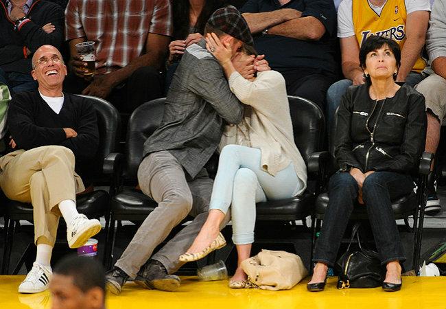 Justin Timberlake e Jessica Biel dão beijaço na plateia de partida (Foto: Getty Images)