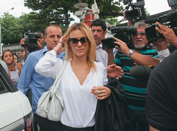ACUADA Carolina Dieckmann chega para depor na Delegacia de Repressão aos Crimes de  Informática, no Rio. Ela não sabe como suas fotos foram roubadas (Foto: Severino Silva/Ag. O Dia)