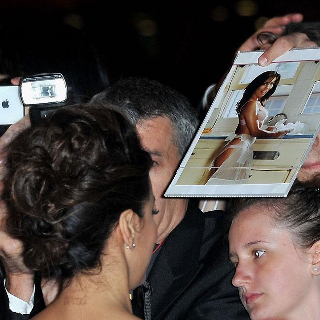 Eva Longoria distribui autógrafos e é abordada por fã com uma foto sua sensual (Foto: Getty Images)