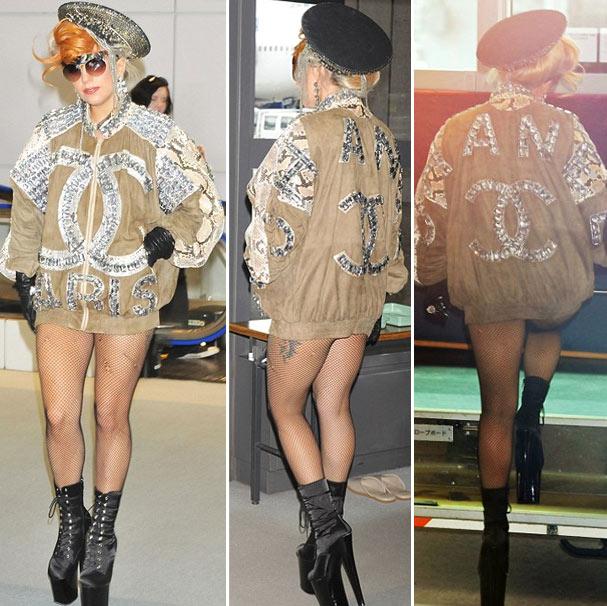 Lady Gaga apareceu mais uma vez sem vestindo apenas uma parte de cima e meia-calça no Japão (Foto: Reprodução)