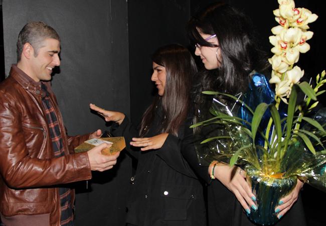 O ator recebeu carinho de fãs (Foto: Milene Cardoso/AgNews)