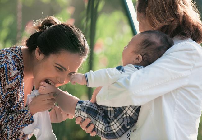 Wanessa brinca em um balanço com o filho no colo. Apesar da companhia da babá Elisa, a cantora fez questão de cuidar sozinha do menino   (Foto: Marcos Rosa)