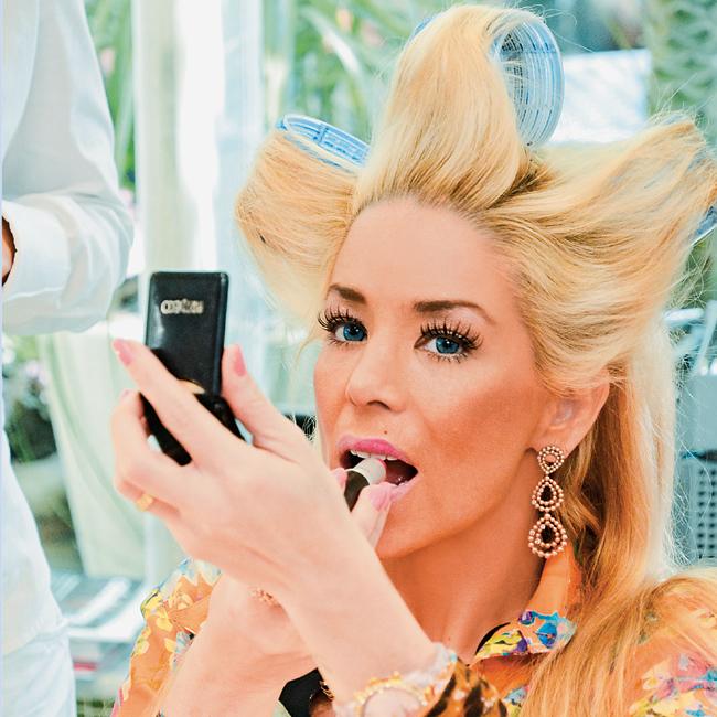 De bobes no cabelo, a atriz retoca a maquiagem para encarnar a perua Jane (Foto: Fábio Cordeiro/Revista QUEM)