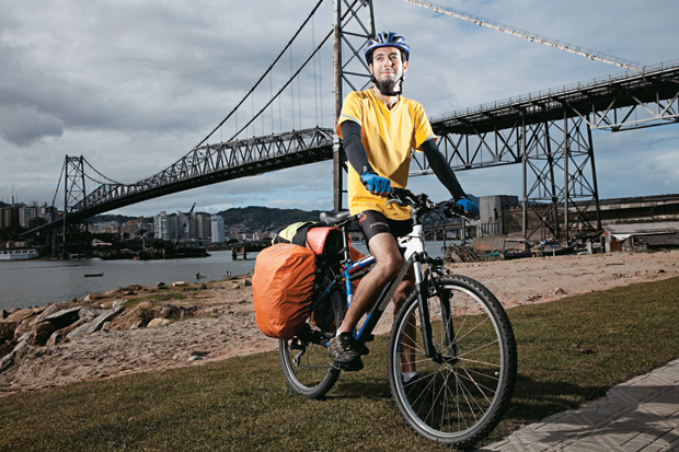 O MEIO DE TRANSPORTE É A MENSAGEM O estudante Vinícius da Rosa com sua bicicleta. Ele participará da Bicicletada Nacional e quer chegar à Rio+20 pedalando (Foto: Eduardo Zappia/ÉPOCA)