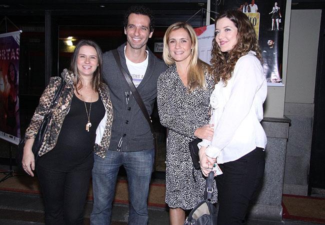 Mouhamed Harfouch (segundo da esquerda para a direita) ao lado da mulher, Clarissa, Adriana Esteves e Larissa Maciel (Foto: Alex Palarea e Felipe Assumpção/AgNews)