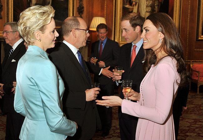O príncipe Albert de Mônaco conversa com o príncipe William de Inglaterra, os dois acompanhados das mulheres, Charlene e Catherine (Foto: Getty Images)