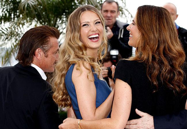 Ao lado de Petra Nemcova (centro) e Roberta Armani (à direita), Sean Penn faz gracinhas para os fotógrafos (Foto: Getty Images)