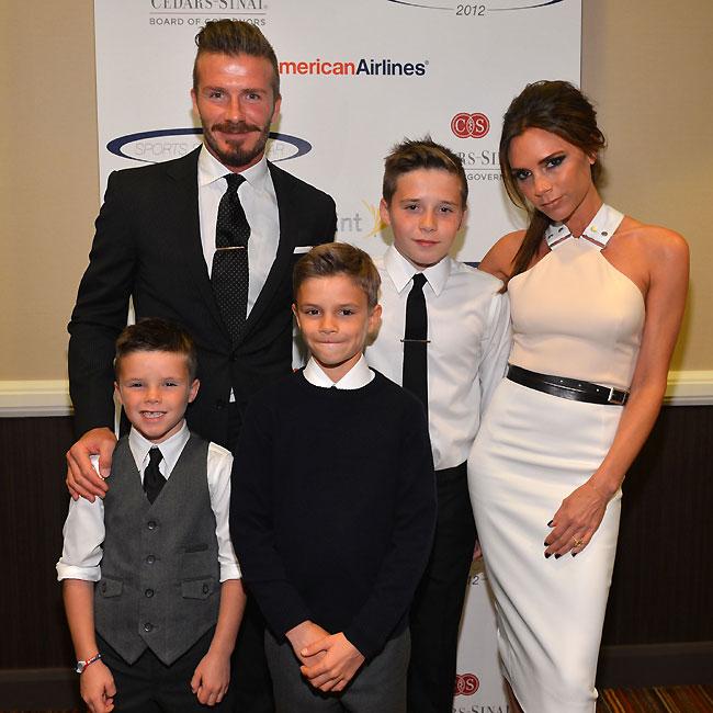David Beckham, Brooklyn, Victoria Beckham (ao fundo), Cruz e Romeo (na frente), em evento beneficente em Los Angeles, neste domingo (20) (Foto: Getty Images)