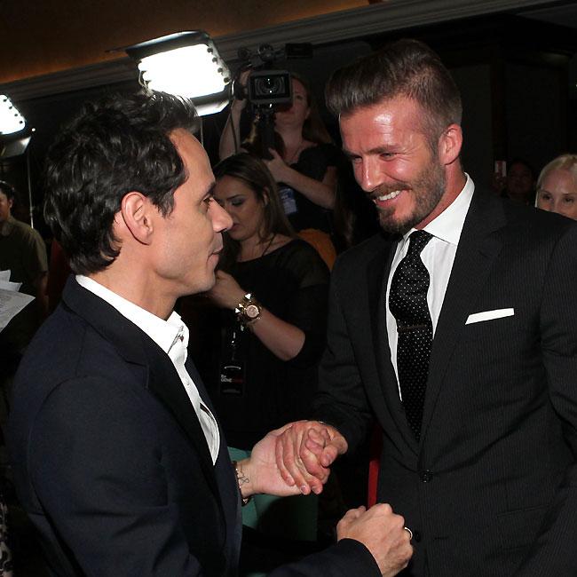 David Beckham recebe o carinho de Marc Anthony, ex-marido de Jennifer Lopez (Foto: Getty Images)