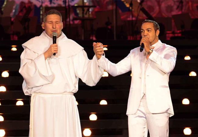Padre Marcelo Rossi com Belo, um dos convidados da noite (Foto: Orlando Oliveira/AgNews)