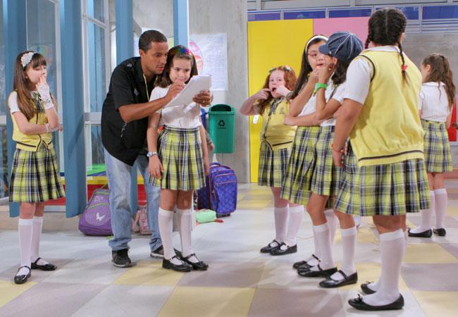 Maisa Silva recebe orientações antes de gravar a novela (Foto: Divulgação/SBT)