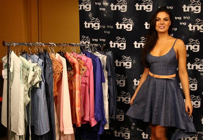 A atriz mostrou um vestido jeans, um dos fortes da marca para o verão de 2013 (Foto: Wagner Santos/Revista QUEM)
