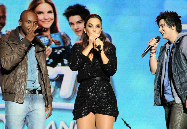 Thiaguinho e Luan Santana subiram no palco ao final do show (Foto: Francisco Cepeda/AgNews)