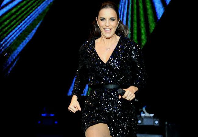 A cantora abriu a apresentação com o hit
