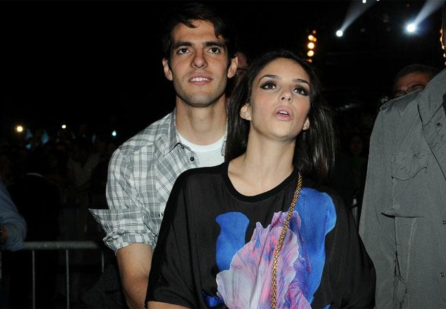 Kaká e Carol Celico curtiram o show abraçadinhos (Foto: Francisco Cepeda/AgNews)