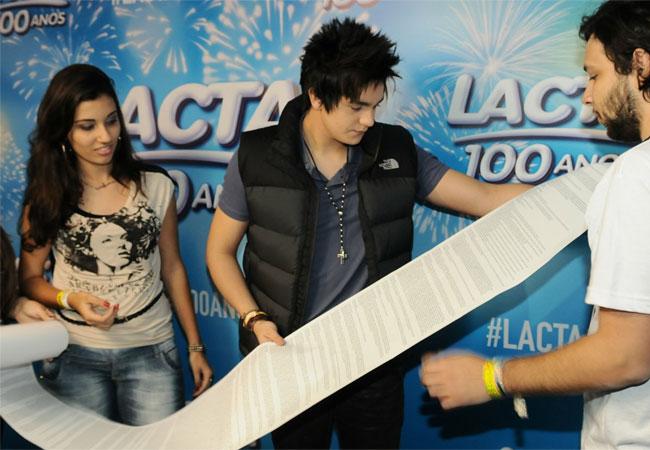 Luan Santana recebe carta enorme dada por fã (Foto: Francisco Cepeda/AgNews)