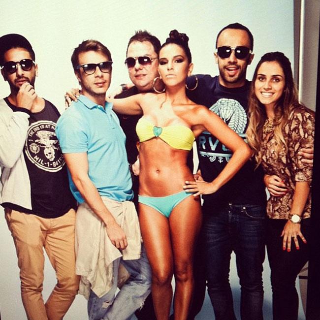Mariana também postou imagem com a equipe do ensaio (Foto: Reprodução)