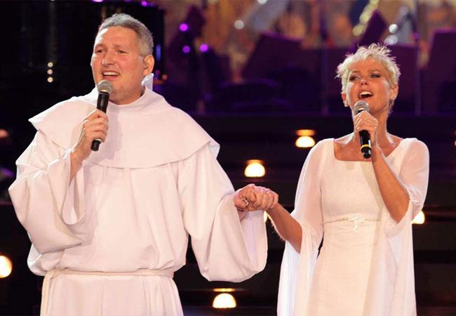 Xuxa e o Padre Marcelo juntos no palco (Foto: Orlando Oliveira/AgNews)