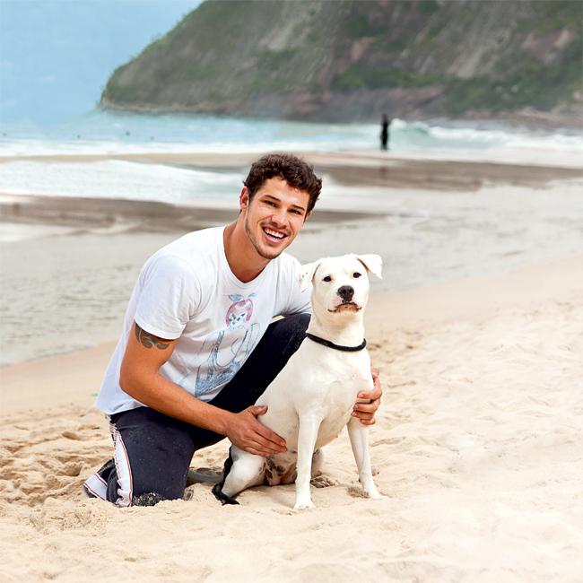 O ator José Loreto e a cadela Brisa Johnson, em um passeio na Praia de Itacoatiara, em Niterói, Rio (Foto: Tomas Rangel/Ed.Globo)