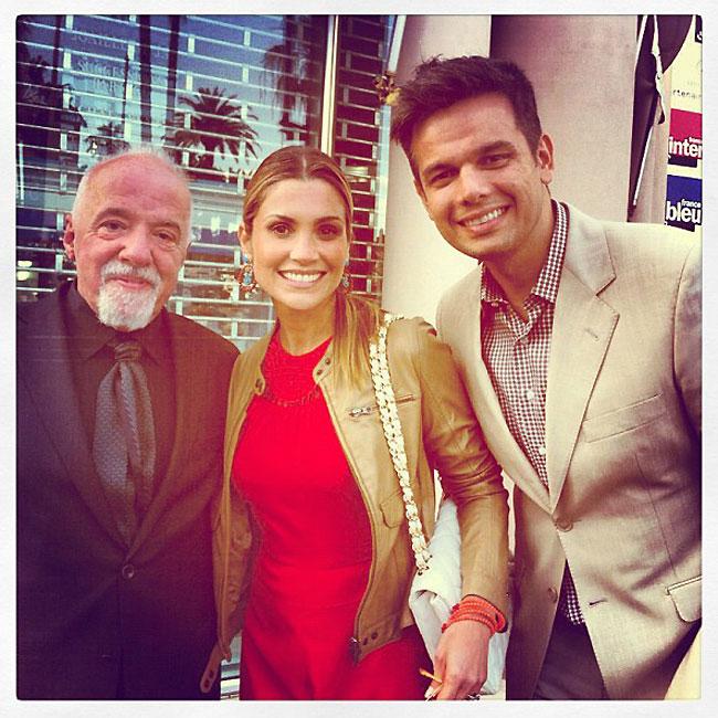Flávia Alessandra e Otaviano Costa tietam Paulo Coelho em Cannes (Foto: Reprodução/Instagram)