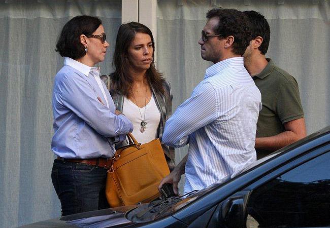 Lilia e Paulo (em primeiro plano na imagem) conversam na saída do restaurante (Foto: Wallace Barbosa/AgNews)