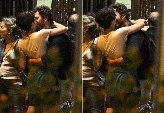 Gabriel Braga Nunes troca beijos com uma mulher de cabelos castanhos (Foto: Rodrigo dos Anjos/AgNews)