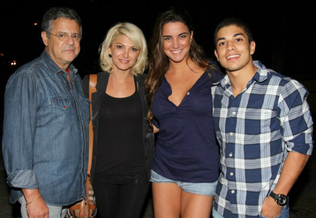 Laisa jantando com Douglas Sampaio e o casal Marcos Paulo e Antonia Fontenelle na quarta-feira (23) (Foto: Leotty Jr./AgNews)