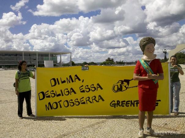 Na Praça dos Três Poderes, protesto exibia as mais de 2 milhões de assinaturas contra o Código ruralista (Foto: Greenpeace / Divulgação)