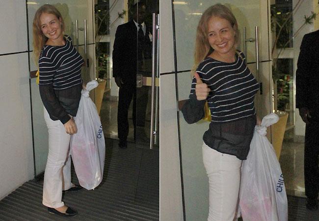 Angélica com sacola de presente (Foto: Jefferson Ribeiro/AgNews)