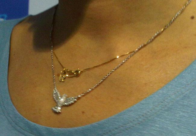 Deborah usa colar com imagem religiosa e pingente com a inicial do nome do marido (Foto: Francisco Cepeda / Ag. News)