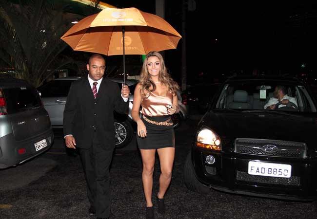 Monique Amin chega ao evento (Foto: Orlando Oliveira/AgNews)