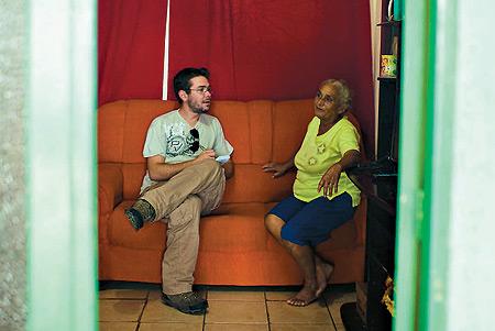 Marcos, em Palmares (PE), na casa de uma das seis Marias que entrevistou (Foto: Claus Lehmann)