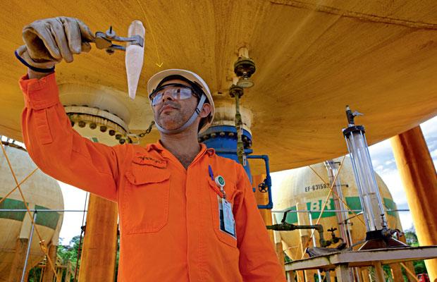 Arnaldo Marques, 51 anos, examina uma amostra de GLP. O gás abastece toda a Região  Norte e parte do Nordeste (Foto: Fernando Martinho)