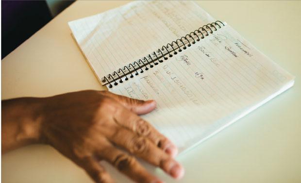 Armazéns e botecos  da classe D ainda usam o caderninho para anotar compras fiadas (Foto: Claus Lehmann)